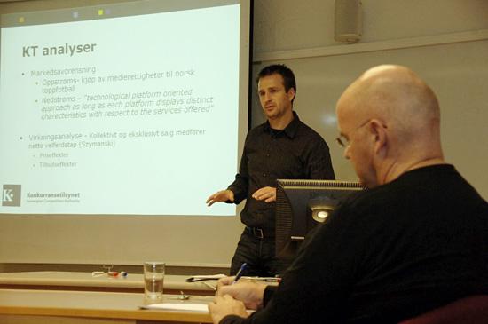 Seksjonsleder i Konkurransetilsynet, Christian Lund, holder foredrag om tilsynets rolle i tildelingen av rettighetene til norsk toppfotball på UiB
