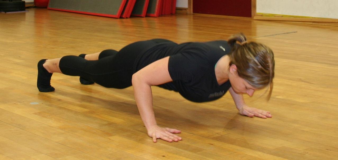 Kine Nesheim (23) demonstrerer den gode kroppsholdningen man bør ha når man tar pushups. Foto: Tina Scheen Kiese